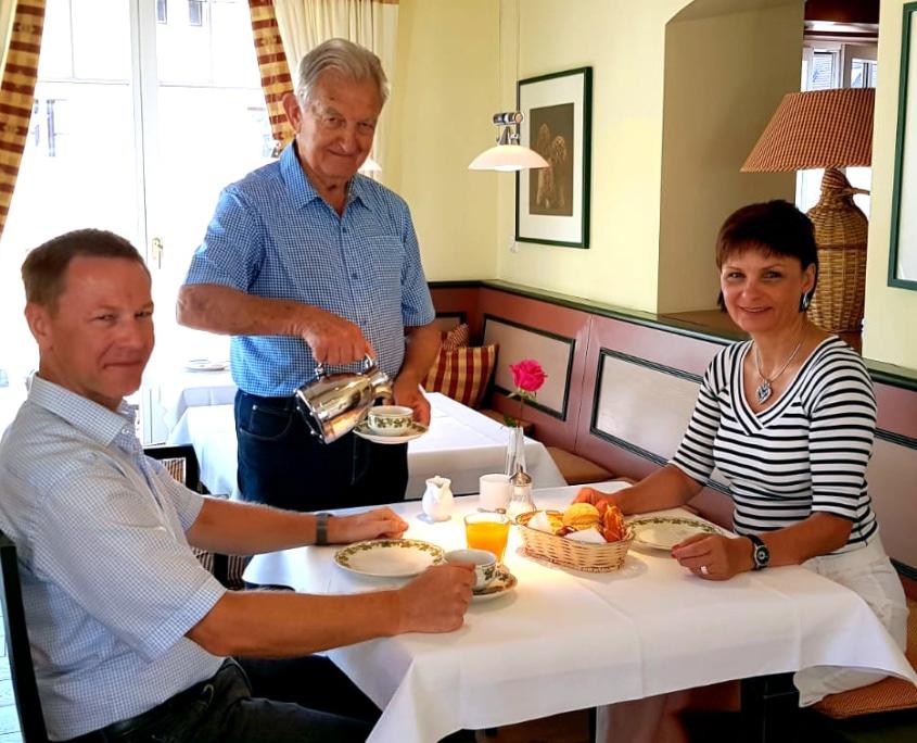 """Unser wahrhaftig echtes Kronen """"Juwel"""" Opa Heiner. Mit seiner 81jährigen Berufserfahrung hat er einen unkündbaren Beratervertrag. In der Krone geboren gibt er Jahr für Jahr sein mit Herz und Seele sein Bestes. Er umsorgt unsere Gäste zum Frühstück und gibt ganz nebenbei nützliche Insider-Tipps für den Tagesausflug."""