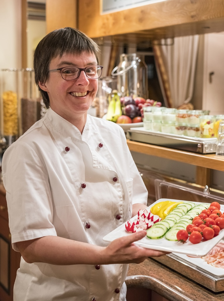 Unsere Gute-Laune-Fee Nicole sorgt dafür, dass morgens alle Frühstücksplatten und was sonst noch zu einem guten Frühstück gehört, parat stehen. Abends hat sie immer ein offenes Ohr für den Chef in der Küche und taucht dabei in die Salatkiste, um aus jedem Beilagensalat ein Kunstwerk zu machen. Und stets mit einem Lachen im Gesicht - da hört man selbst im turbulenten Abendgeschäft die gute Laune aus der Küche.
