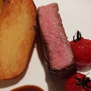 Zur Krone Gottenheim: Ribeye-Steak von der Färse, Ofenkartoffel, Schmortomate, Kräuterbutter